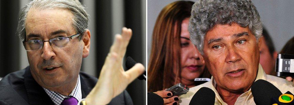 """Segundo Lauro Jardim, o presidente da Câmara, Eduardo Cunha (PMDB) relatou que teria em mãos provas de que Chico Alencar, vice-líder do PSOL na Câmara, fraudou documentos de suas prestações de contas de campanha para deputado em 2014; """"Confirmada essa """"ameaça"""" disparatada, ela apenas revelaria o desespero do parlamentar, e o jogo baixo da política que pratica, ao qual, após tantos mandatos, já estou acostumado – mas nunca conformado"""", rebateu Alencar, que é autor do pedido de cassação de Cunha"""