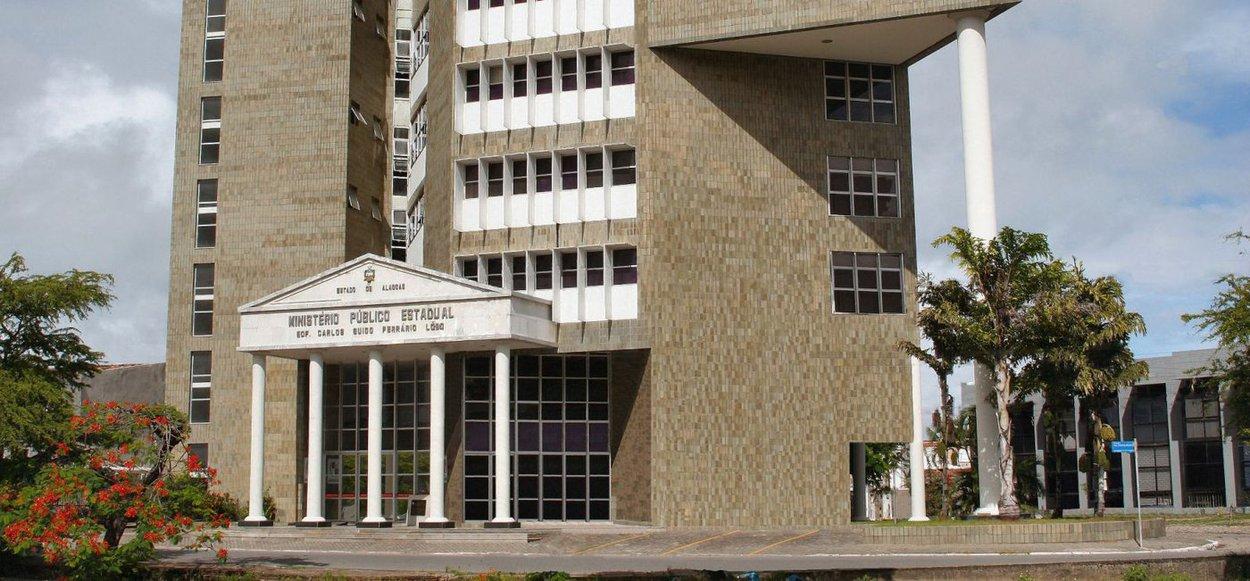 Duas promotorias de Justiça da Capital expediram recomendação conjunta à Prefeitura de Maceió para que ela fiscalize o cumprimento das normas técnicas de acessibilidade de pessoas com deficiência em estabelecimentos comerciais e de serviços; caso o município descumpra a recomendação, as promotorias de justiça podem propor uma ação civil pública; o Ministério Público Estadual (MPE-AL) também informou à Câmara de Dirigentes Lojistas, a Aliança Comercial e a Associação dos Deficientes Físicos de Alagoas (Adefal) sobre o conteúdo da recomendação