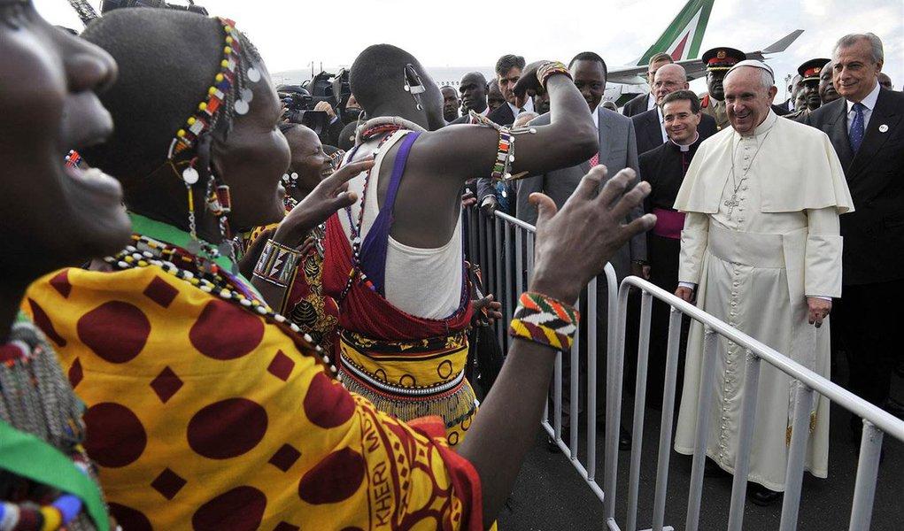 Francisco empreende visita à República Centro-Africana sob o nível mais alto de segurança jamais visto em uma das suas viagens; no momento em que seu avião pousou na capital Bangui, helicópteros de ataque patrulhavam os céus e forças de paz das Nações Unidas e do Exército francês esperavam do lado de fora do aeroporto; soldado na ONU armado com fuzil acompanhou dentro de cada uma das vans usadas para transporte de repórteres acompanhando o Papa