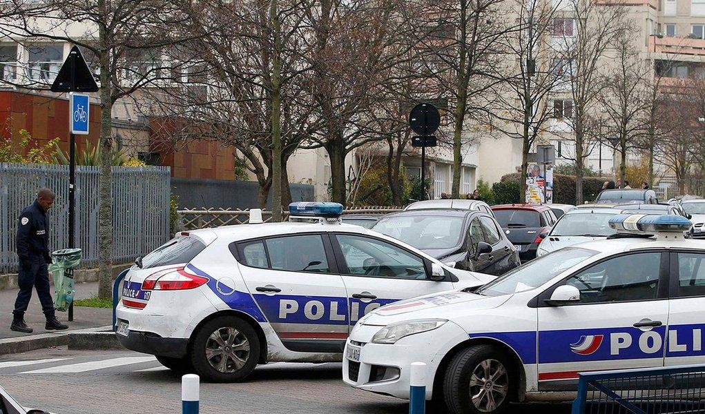 O professor francês que disse ter sido esfaqueado confessou ter inventado todo o episódio, inclusive que seu agressor era um seguidor do Estado Islâmico (EI); o docente da escola pública infantil de Aubervilliers, no nordeste de Paris, disse que tinha sido esfaqueado dentro da sala de aula por um homem mascarado que se dizia seguidor do EI