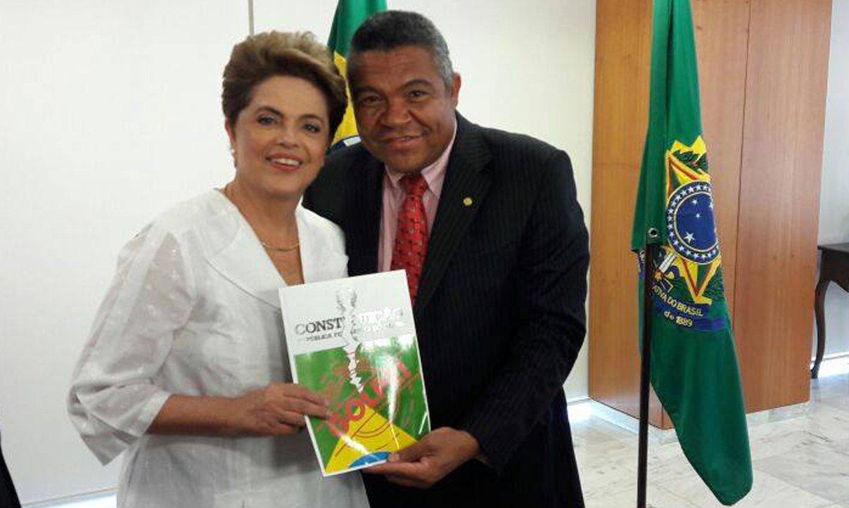 """Em ato de apoio da bancada do PT na Câmara à presidente Dilma Rousseff, o deputado baiano Valmir Assunção destacou """"a força que a presidente tem"""", e disse que ela vai """"superar a traição de Michel Temer"""", o vice; """"O presidente da Câmara, Eduardo Cunha (PMDB-RJ), e o vice, Michel Temer, estão na frente do golpe, tentando levar o voto do povo para o lixo. Como se não tivesse leis neste país. No domingo derrotaremos mais uma vez a direita retrógrada e a mídia golpista do Brasil. O povo e a democracia vão vencer"""", disse Valmir"""