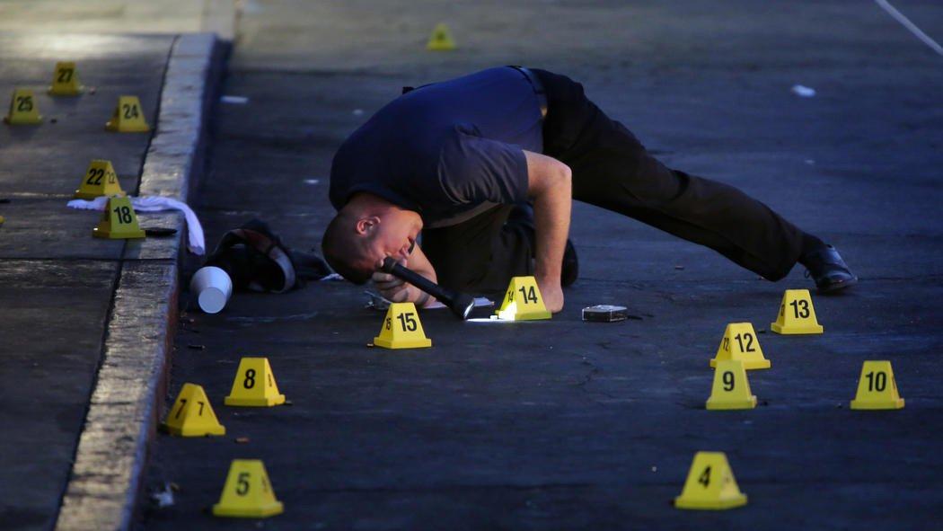 """Uma pessoa abriu fogo na cidade de San Bernardino, no sul da Califórnia, nesta quarta-feira, 2, e informações iniciais indicam que havia até 20 feridos, segundo autoridades; Departamento de Polícia local afirmou em mensagem no Twitter que """"confirmou de um a três possíveis suspeitos"""" e múltiplas vítimas no tiroteio, classificando como um incidente com """"atirador ativo"""""""