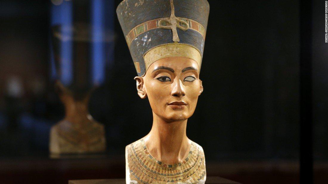 São grandes as chances de que a tumba do faraó egípcio Tutankamon tenha passagens para uma câmara secreta que pode ser o túmulo da rainha perdida Nefertiti, arqueologistas informaram neste sábado;a confirmação do local da sua tumba seria a mais impressionante descoberta arqueológica no Egito neste século