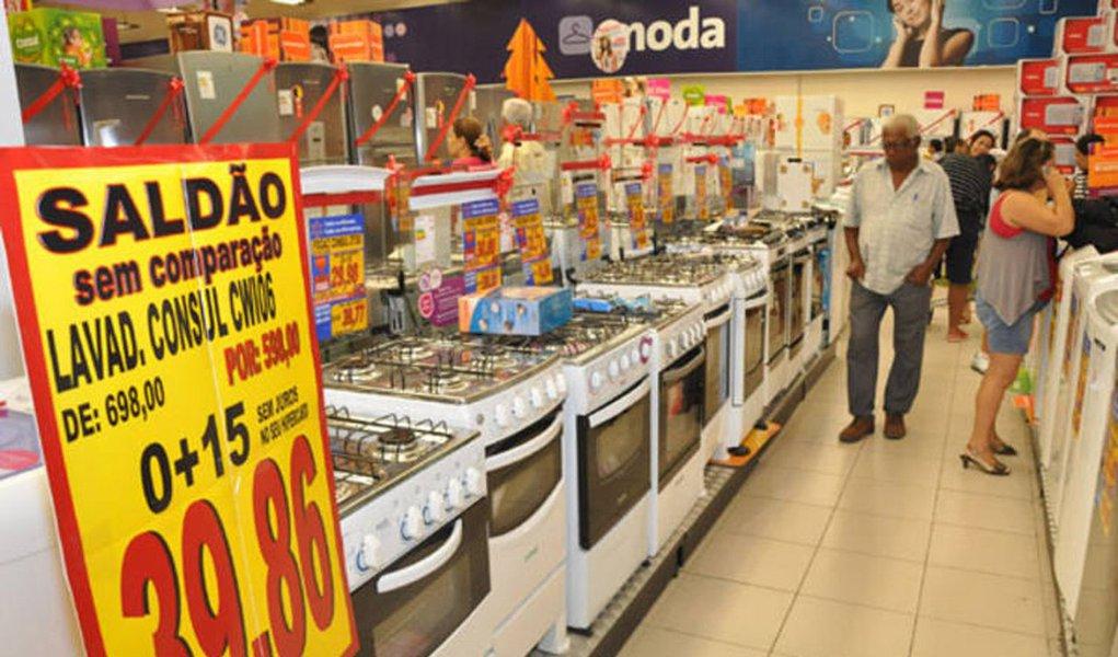 As vendas no varejo do Brasil surpreenderam em fevereiro e tiveram o melhor resultado mensal desde 2013 com bom desempenho de móveis e eletrodomésticos e de supermercados, mas ainda está longe de entrar em uma fase de recuperação em meio ao cenário de forte recessão econômica; as vendas varejistas registraram ganho de 1,2% em fevereiro, leitura mais alta desde o avanço de 3% em julho de 2013, informou o IBGE; ainda que o número mensal tenha sido positivo, na comparação com o mesmo mês do ano anterior, as vendas despencaram 4,2%, pior resultado da série iniciada em 2001