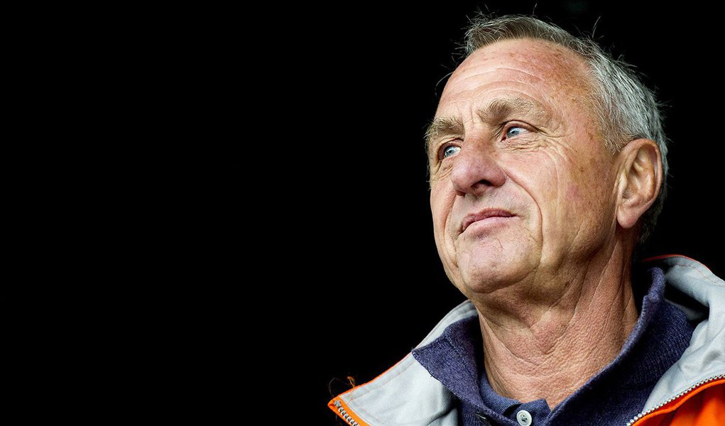"""O ex-jogador da Seleção da Holanda Johan Cruyff, 68 anos, faleceu por conta de umcâncer de pulmão, diagnosticado em 2015;Cruyff, que era fumante, despontou para o futebol no começo dos anos 70 na seleção holandesa, que apresentou um futebol revolucionáriodurante a Copa de 1974; o então jogador era protagonista de um time que, após surpreender o mundo, ficou conhecido como """"Laranja Mecânica"""", com jogadores sem posições específicas, e que, inclusive, eliminaram o Brasil na semifinal pelo placar de 2x0"""