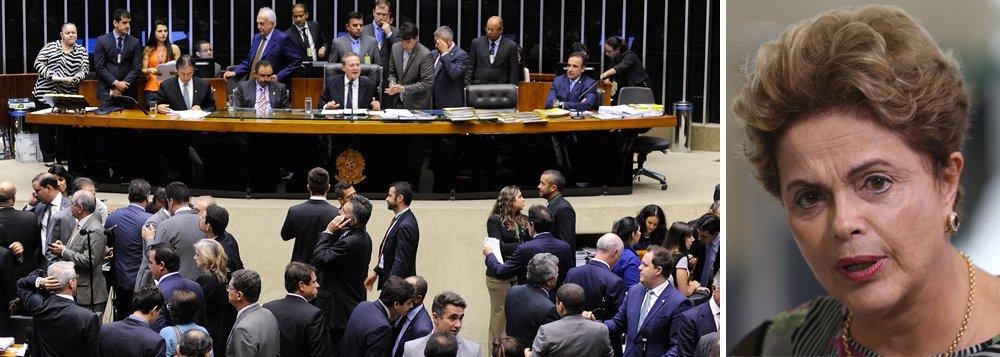 Em sessão conjunta do Congresso, a Câmara dos Deputados aprovou no início desta noite o substitutivo da Comissão Mista de Orçamento para o Projeto de Lei (PLN) 5/15, que ajusta a meta fiscal do governo para permitir o déficit primário; foram 314 votos a favor e 99 contra; parlamentares votam os destaques; proposta foi enviada ao Congresso pela presidente Dilma Rousseff;com a mudança, Dilma se livra do risco de cometer pedaladas fiscais no segundomandato, mas ainda assim o presidente da Câmara, Eduardo Cunha (PMDB-RJ), acolheu o pedido de impeachment combase em fato de mandato anterior, o que ele prometia que não faria