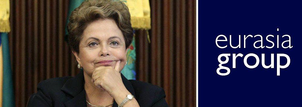 """Consultoria de risco político Eurasia destacou que a presidente Dilma Rousseff não só sobreviverá ao processo de impeachment como pode até ter se beneficiado dele: """"Dilma pode se beneficiar indiretamente de enfrentar um processo de impeachment antes que o pior das investigações da Operação Lava Jato surja e antes do aprofundamento da recessão econômica"""", afirmam os analistas políticos da consultoria"""