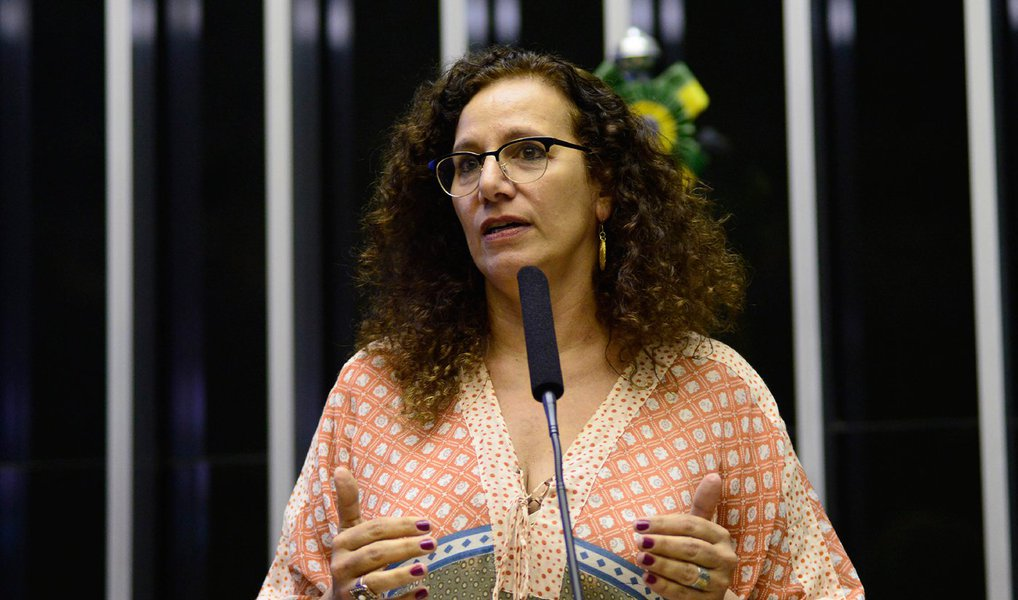 """A deputada federal Jandira Feghali (PCdoB-RJ), integrante da comissão especial do impeachment, acredita que as chances de derrotar a tentativa de impedimento da presidente Dilma Rousseff no plenário da Câmara aumentaram; """"Estamos em um momento de redução de negatividade e aumento de perspectiva de vitória. Porque essa articulação que tem no centro o Michel Temer, está, na impressão que me dá, fazendo água"""", disse a deputada; """"Não precisamos ter maioria, eles que precisam colocar 342 votos"""", acrescentou"""