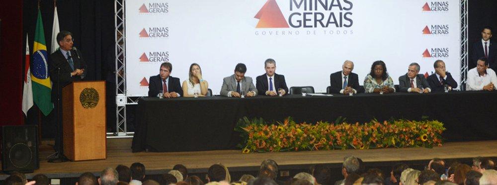 Assinatura que autoriza a formalização do aditivo ao convênios do programa de transporte escolar. 21-10-2015- Minascentro. Foto: Manoel Marques/imprensa-MG