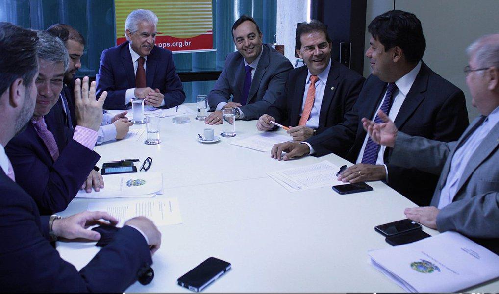 Liderada pelos deputados Carlos Sampaio (PSDB-SP), Mendonça Filho (DEM-PE), Lúcio Vieira Lima (PMDB-BA) e Rubens Bueno (PPS-PR), a oposição protocolou nesta terça-feira, 8,a chapa avulsa para compor a Comissão Especial que analisará o pedido de impeachment da presidenta Dilma Rousseff; intitulada Unindo o Brasil, a chapa tem representantes do PHS, PTB, PSB, PP, PSC, PSD, PND e Solidariedade; para ser aprovada, a chapa precisa do voto de 257 deputados em plenário. Ainda não há definição se a votação será aberta ou secreta