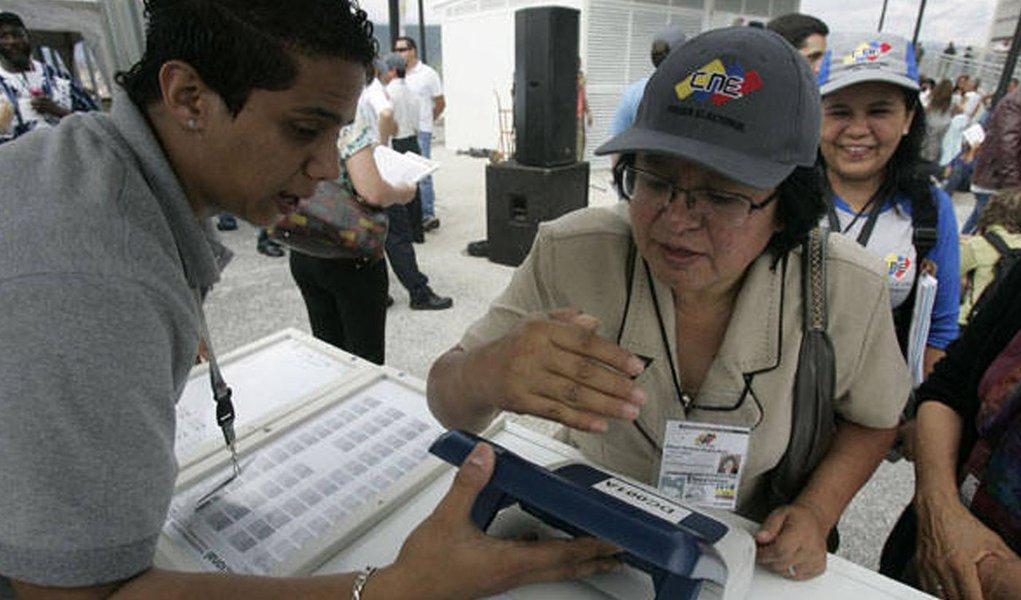 Quase 20 milhões de venezuelanos vão às urnas neste domingo, 6, para escolher os 167 membros da Assembleia Nacional; segundo pesquisa divulgada em novembro pelo instituto Datanalisis, 63,2% dos eleitores têm intenção de votar na oposição, enquanto 28,2% devem escolher os candidatos do governo; é a primeira vez em 16 anos que o governo chavista não tem a maioria dos votos em eleições legislativas; presidente Nicolás Maduro tem dito que está confiante na conquista da maioria dos assentos no Legislativo
