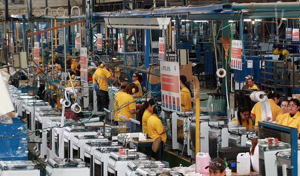 O peso da indústria no Produto Interno Bruto (PIB) de 22 estados e do Distrito Federal diminuiu de 2010 a 2013. No mesmo período, o peso da indústria no PIB nacional caiu 2,5 pontos percentuais, de 27,4% para 24,9%, segundo estudo divulgado pela CNI