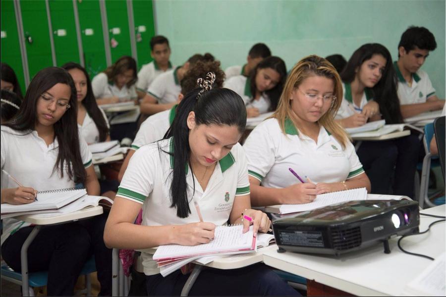 """""""Investindo na educação, acredito que estamos trilhando o caminho certo para um Ceará cada vez mais justo e desenvolvido"""", destacou o governador Camilo Santana (PT), após assinar ato de nomeação de 341 novos professores para a rede estadual de ensino"""