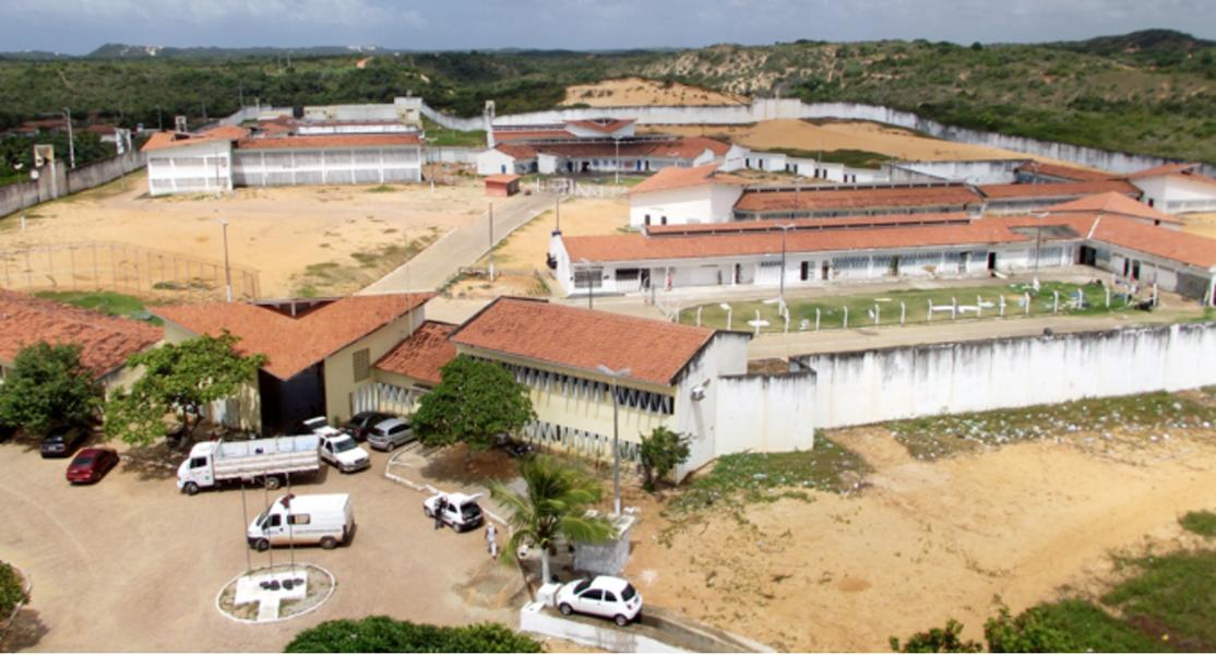 Um grupo de dez agentes penitenciários do Ceará foi ao Rio Grande do Norte nesta quarta-feira (25), onde participará de força-tarefa para atuar na gestão da crise que atinge o sistema penitenciário do Rio Grande do Norte. Além do Ceará, Rio de Janeiro, São Paulo e Distrito Federal também enviaram agentes