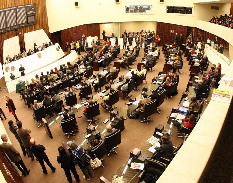 A Assembleia Legislativa do Paraná retoma os trabalhos nesta quarta-feira e já tem uma polêmica: os prazos de votação de vetos do Executivo a projetos aprovados pelos deputados; três vetos do governador Beto Richa (PSDB) a matérias aprovadas estão trancando pauta desde a quarta-feira da semana passada;