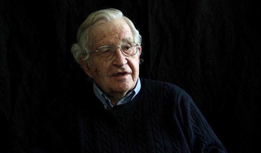 """Filósofo e professor emérito de linguística no Instituto Tecnológico de Massachusetts (MIT),Noam Chomsky afirma que """"está diminuindo o apoio às democracias formais, porque não são verdadeiras democracias""""; """"Na Europa, as decisões são tomadas em Bruxelas. Nos Estados Unidos cerca de 70% de população, os 70% com menor renda, está totalmente desvinculada do processo político. Isso demonstra que há uma correlação enorme entre o nível econômico e educativo e mobilização política. Não é de se estranhar que as pessoas não estejam entusiasmadas com esse tipo de democracia"""", diz"""