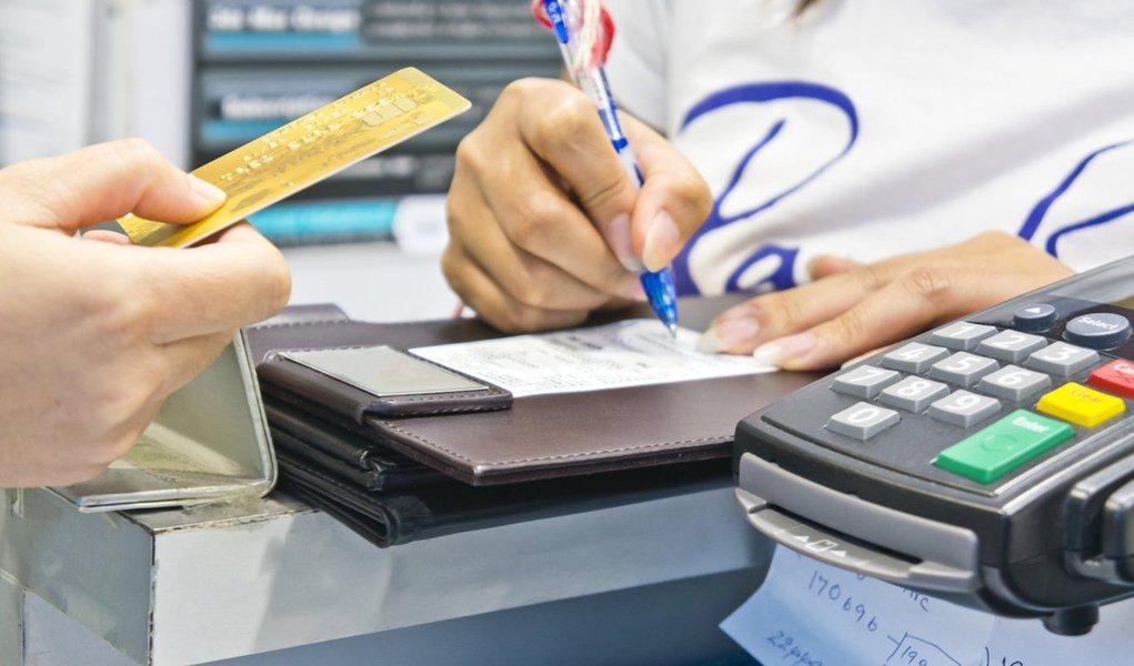 Pesquisa de Endividamento e Inadimplência do Consumidor (Peic), realizada pelaConfederação Nacional do Comércio de Bens, Serviços e Turismo (CNC), aponta que o percentual de famílias brasileiras com dívidas ou contas em atraso caiu de 23,1 em outubro, para 22,7% em novembro; segundo a CNC,a sazonalidade deste período do ano, junto com o adiantamento de parte do décimo terceiro salário, favorece a quitação de dívidas