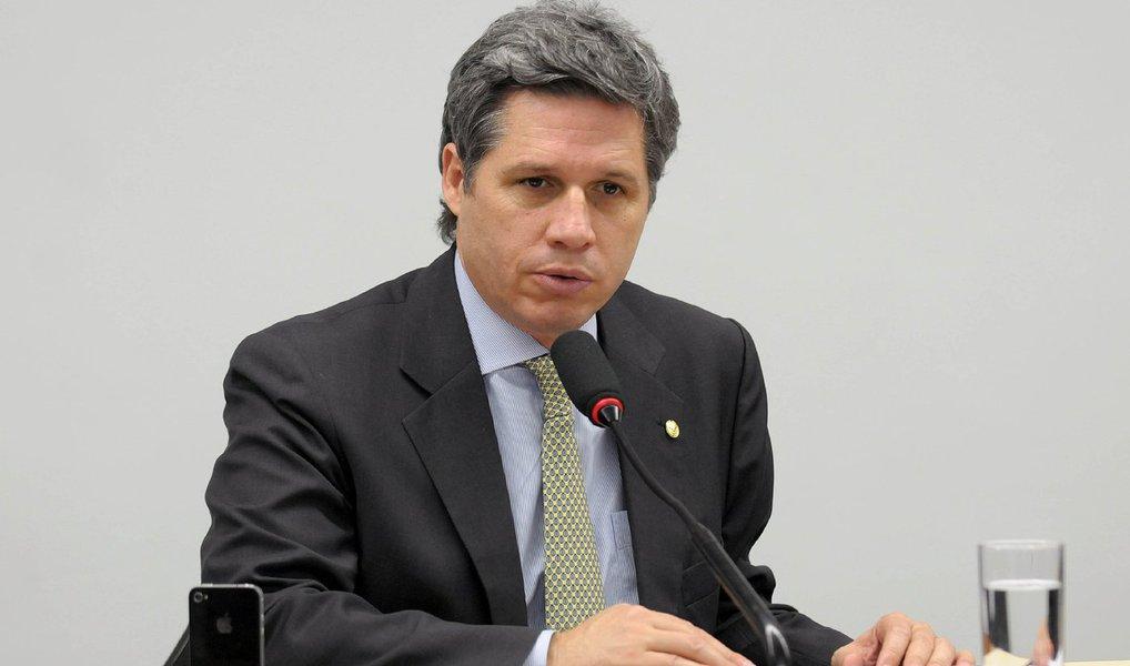 """O deputado Paulo Teixeira (PT/SP) afirmou nesta quarta (13) que o movimento pró-impeachment não tem 342 votos; """"Eles estão fazendo guerra de informação com números mentirosos"""", disse; segundo ele, parlamentares de diversos partidos se reuniram com a presidente Dilma Rousseff hoje; """"O PP rachou e metade da bancada vai votar contra o golpe. E teremos alguns votos na bancada do PTB. E teremos votos igualmente na bancada do PHS Teremos votos no PSOL, Rede, PSB e PTdoB"""", afirmou"""