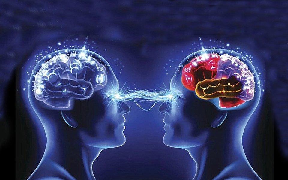 """""""Fomos educados para acreditar que a nossa mente está dentro da nossa cabeça, que a atividade mental não é senão a atividade cerebral. Em vez disso, sugiro que a nossa mente vai muito além do nosso cérebro; ela se estende através de campos que nos ligam ao nosso meio ambiente e a cada uma das outras pessoas"""", diz o biólogo Rupert Sheldrake, um dos principais pensadores do Novo Paradigma Holístico."""