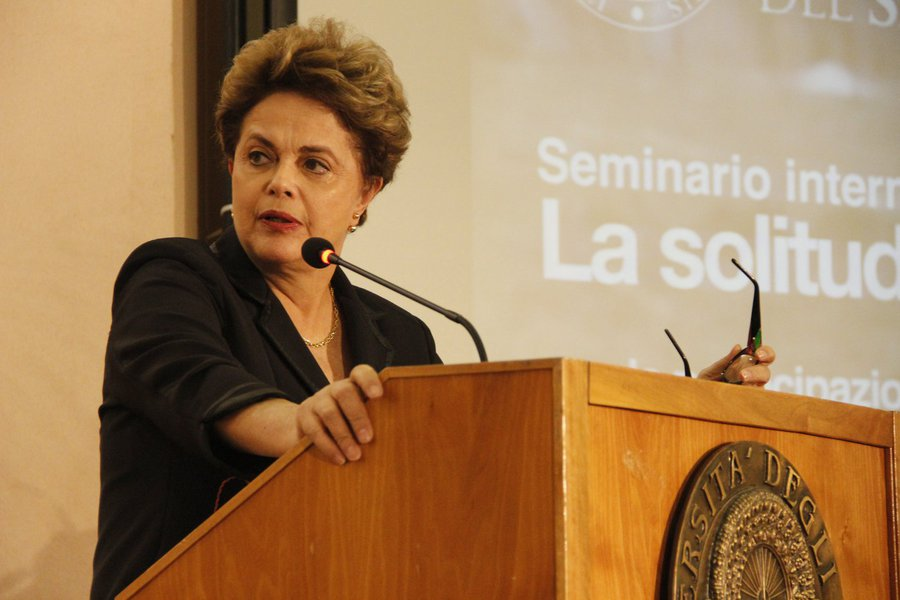 """Em uma palestra na universidade de Salento, na Itália, a presidente deposta Dilma Rousseff afirmou que """"no Brasil,estamos vivendo um momento muito difícil, porque as pessoas perderam o poder [do voto]"""";""""O Brasil precisa de um banho de democracia. Só o voto constrói"""", afirmou; ao falar sobre o governo Temer, disse que seu objetivo """"é desconstruir o Estado, a economia e os ganhos sociais que foram construído ao longo dos últimos anos""""; """"Ao cortar todos os gastos sociais, você percebe claramente que houve a adoção de um programa neoliberal"""", disse; assista"""