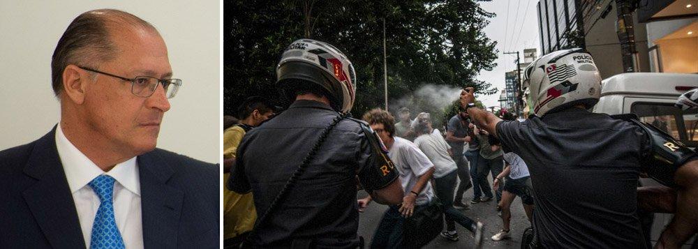 """""""O governo e a polícia de São Paulo têm dado lições aos estudantes. De física: porrada. Química: composição de bombas de gás"""", escreve Mário Magalhães, blogueiro do Uol; """"Compromisso com a educação de qualidade é isso aí..."""", afirma ele"""