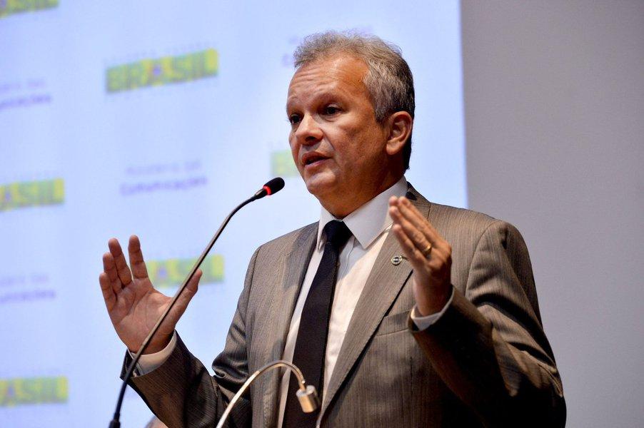 O ministro das Comunicações, André Figueiredo (PDT-CE), não deixará o cargo para retornar à Câmara do Deputados e participar da votação do processo de impeachment, neste domingo (17). Seu suplente na Casa, Ariosto Holanda (PDT), está firme na sua posição em favor da permanência da presidente Dilma (PT)