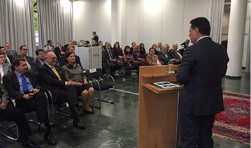 """Governador promoveu nesta terça-feira, na Embaixada do Brasil na capital alemã, um seminário para divulgar as potencialidades de Goiás e atrair investimentos para o Estado;evento levou cerca de 70 investidores e empresários ao auditório da embaixada; """"Temos boa infraestrutura logística, um setor de serviços e comércio bastante desenvolvidos, mão-de-obra qualificada e setores agrícola e industrial robustos""""; após a apresentação do governador, o ex-embaixador Wilfried Grolig elogiou o trabalho realizado no Estado de Goiás: """"Marconi Perillo apresentou aqui a eficiência de sua administração"""""""