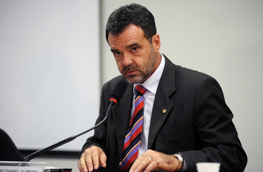 """Para o presidente do PC do B na Bahia, deputado federal Daniel Almeida, o conteúdo da carta do vice Michel Temer à presidente Dilma Rousseff, em que o peemedebista revela seu lado carente, """"é lamentável""""; """"Deveria ter outro nível, outro tom. Eu não acredito que alguém faça uma carta com aquele detalhamento para ficar só entre duas pessoas. A carta foi feita para causar impacto político e causou"""", disse o líder comunista"""