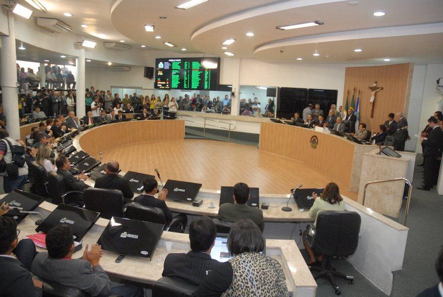 Foi aprovado nesta terça-feira (22), na Câmara Municipal de Fortaleza, o reajuste de 2% para servidores municipais, e de 10,6% para vereadores e servidores da CMF, retroativos a janeiro de 2016. Uma proposta que concede novo reajuste de 8,5% ao servidores municipais, com data base em 1º de dezembro, também foi aprovada. Houve protestos durante a sessão