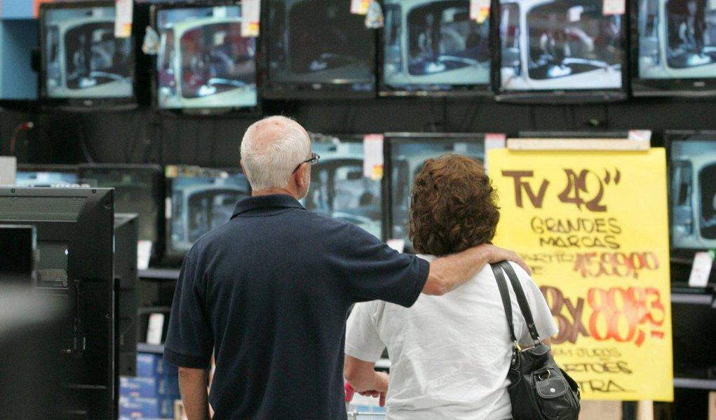 Segundo pesquisa realizada pela Confederação Nacional do Comércio de Bens, Serviços e Turismo (CNC), aponta que aIntenção de Consumo das Famílias (ICF) brasileiras caiu pelo nono mês seguido em outubro, alcançando 78,4 pontos; resultadorepresenta o menor valor da série histórica iniciada em 2010 e está 35,5% abaixo do registrado no mesmo mês do ano passado, quando chegou a 121,5 pontos, retração sobre setembro de 2015 foi de1,8%