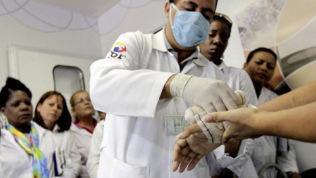 A primeira medida para ampliar a participação de brasileiros no Programa Mais Médicos tem início nesta semana; Ministério da Saúde lança, nesta sexta-feira (11), edital para substituição de médicos da cooperação com a Organização Pan-Americana da Saúde (OPAS); são 1.004 novas vagas em 462 municípios, sendo 838 ocupadas atualmente por profissionais cubanos e outras 166 relativas às reposições de desistentes; no Distrito Federal, os brasileiros terão a disposição 18 vagas em todo o DF