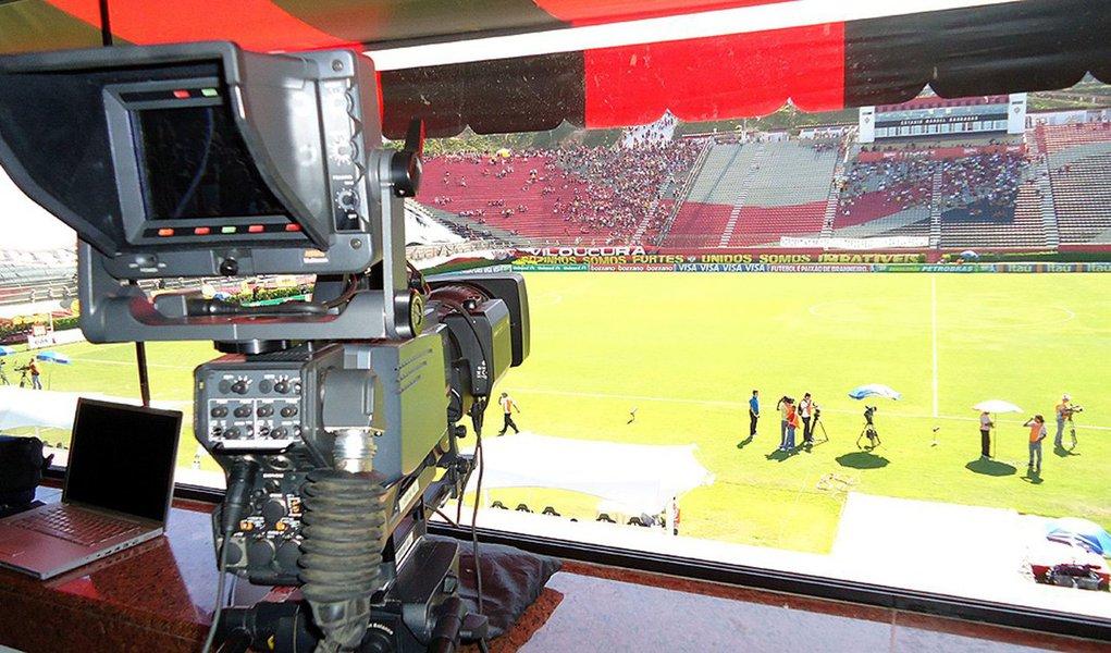 TV Globo quer transferir as partidas de futebol que exibiria no próximo domingo (17) para sábado (16), para abrir mais espaço na programação para a cobertura da votação do impeachment da presidente Dilma Rousseff; mudança foi discutida em uma reunião de quase duas horas com participação de clubes, Federação Paulista de Futebol (FPF) e Polícia Militar