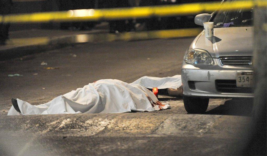 Os casos de homicídio doloso aumentaram 23,3% em fevereiro deste ano no estado do Rio, em comparação com o mesmo mês do ano passado; segundo os registros de ocorrência feitos pelas delegacias de Polícia Civil do estado, no mês passado, houve 402 homicídios dolosos e, em fevereiro de 2015, 326 casos; houve aumento também nos registros de letalidade violenta, que agregam homicídio doloso, latrocínio e lesão corporal seguida de morte e ainda homicídio decorrente de oposição à intervenção policial; o crescimento foi de 11,7%, com 427 ocorrências em fevereiro de 2015 e 477 em fevereiro deste ano