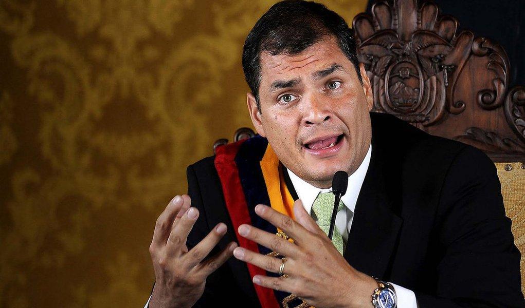 """Corte Constitucional,mais alta instância judicial do Equador, determinou que, através de um referendo, os equatorianos poderão abolir uma disposição transitória que impede o atual presidente do país, Rafael Correa, de concorrer às eleições de 2017; pedido foiem março pelo coletivo """"Rafael contigo sempre"""", para permitir uma nova reeleição de Correa, que está no poder desde 2007; em dezembro, a Assembleia Nacional aprovou várias emendas constitucionais, entre elas uma que permite a reeleição indefinida de autoridades eleitas por voto popular, mas incluiu uma disposição que estabelece essa possibilidade a partir de maio de 2017, impedindo a Correa optar pela reeleição no início daquele ano"""