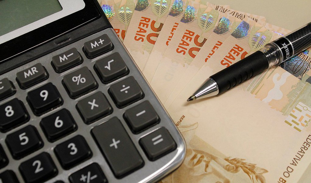 Caso a proposta de recriar a CPMF não seja aprovada pelo Congresso Nacional, ogoverno federal avalia a possibilidade de elevara Cide e outros tributos para equilibrar as contas públicas no próximo ano; governo está negociandocom o relator do Orçamento 2016, deputado Ricardo Barros (PP-PR), a reduçãona projeção de arrecadação com a volta da CPMF no próximo ano, atualmente em R$ 32 bilhões; Barros, porém, deverá retirara estimativa de receita com a CPMF do Orçamento devido às incertezas quanto aaprovação da medida