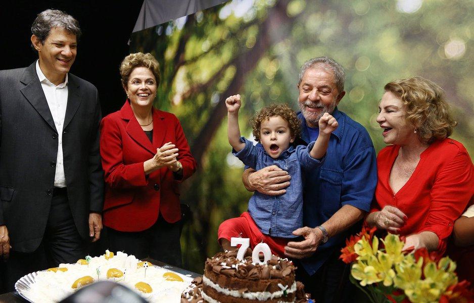 Desde a manhã de ontem, quando a Polícia Federal realizou busca e apreensão numa das empresas de Luis Claudio Lula da Silva, filho do ex-presidente Lula, diversos colunistas políticos especularam sobre o iminente rompimento dele com a sua sucessora, a presidente Dilma Rousseff; pelo que se viu nesta terça-feira, na festa de 70 anos de Lula, a nova fase da Operação Zelotes não afetou a relação entre os dois; advogados de Luis Claudio já preparam ação contra o que chamam de 'ilegalidades' da operação; pedido de busca e apreensão foi formulado pelo Ministério Público – e não pela Polícia Federal