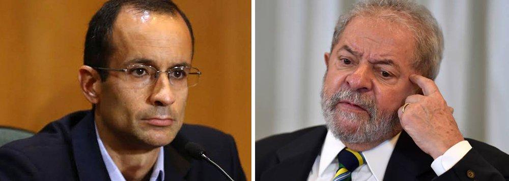 """O empreiteiro Marcelo Odebrecht, que está preso desde o ano passado, afirmou aos procuradores da Operação Lava Jato, em conversas que precederam sua delação, que o ex-presidente Lula """"nunca gostou"""" dele; indagado a respeito de suas relações com o ex-presidente, ele respondeu: """"O Lula nunca gostou de mim. Quem sempre tratou de tudo com ele foram o meu pai e o Alexandrino (Alencar, diretor de relações institucionais)""""; a resposta não estava no roteiro que advogados da empresa haviam traçado diretamente sob a batuta de Emílio Odebrecht, o pai de Marcelo; por essa estratégia, Emílio seria poupado de maiores responsabilidades nos malfeitos da empresa e Marcelo tomaria para si a parte mais pesada da culpa"""