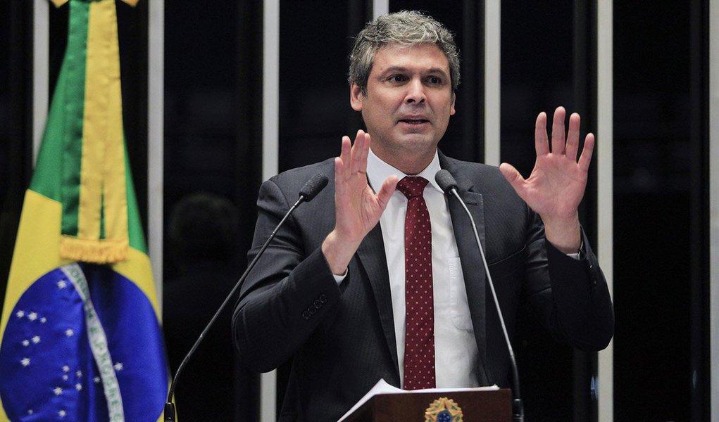 """Osenador Lindbergh Farias (PT-RJ) associou o movimento político pelo impeachment da presidente Dilma com o que chamou de """"acordão de cúpula"""" destinado a abafar as investigações em curso contra a corrupção; o parlamentar reconheceu a dimensão das manifestações contra o governo do PT, mas disse a elevada rejeição atinge a todos os políticos e líderes da oposição, como o senador Aécio Neves e o governador de São Paulo, Geraldo Alckmin, ambos do PSDB que foram hostilizados nas ruas; """"Eu quero chamar a atenção do povo brasileiro, em especial dos mais pobres, dos trabalhadores, para entenderem qual a causa de todo esse movimento. Eu não tenho dúvidas em afirmar que esse movimento tem como objetivo claro a retirada de direitos conquistados no último período"""""""
