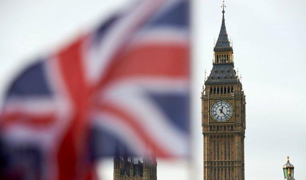 """Suprema Corte do Reino Unido decidiu nesta terça-feira que a primeira-ministra britânica, Theresa May, precisa de aprovação do Parlamento antes dar início oficialmente ao processo de saída do Reino Unido da União Europeia; mais alta instância judicial britânica rejeitou o argumento do governo de que May poderia simplesmente usar seu poder executivo, conhecido como """"prerrogativa real"""", para invocar o Artigo 50 do Tratado de Lisboa da UE e iniciar dois anos de negociações para a saída do Reino Unido do bloco"""