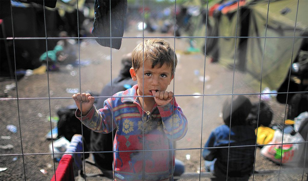 """Comissão Europeia apresentou novo sistema de asilo que prevê """"contribuição solidária"""" de 250 mil euros por cada candidato à proteção internacional não aceito pelos Estados-Membros que estejam fora do sistema de recolocação; proposta prevê um """"sistema mais justo, baseado na solidariedade"""" e que será ativado automaticamente quando um país enfrenta """"número desproporcionado de candidaturas para asilo"""", ou seja, mais de 150% do número de referência"""