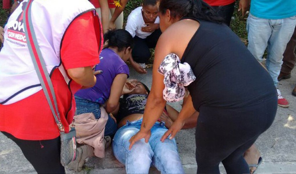 Sem-teto Edilma Aparecida Vieira dos Santos, de 36 anos, foi baleada nesta quarta-feira, 4, durante manifestação do Movimento dos Trabalhadores Sem Teto (MTST), em Itapecerica da Serra, região metropolitana de São Paulo; segundo a coordenação do movimento, um veículo Corsa, preto, placa EQZ-8730, se aproximou da marcha e o motorista disparou contra os manifestantes, atingindo Edilma na barriga; ato reuniu cerca de 500 pessoas rumo à Prefeitura de Itapecerica para apresentar as reivindicações do movimento sobre o terreno de um milhão de metros quadrados, que já foi ocupado pelos sem teto em 2007