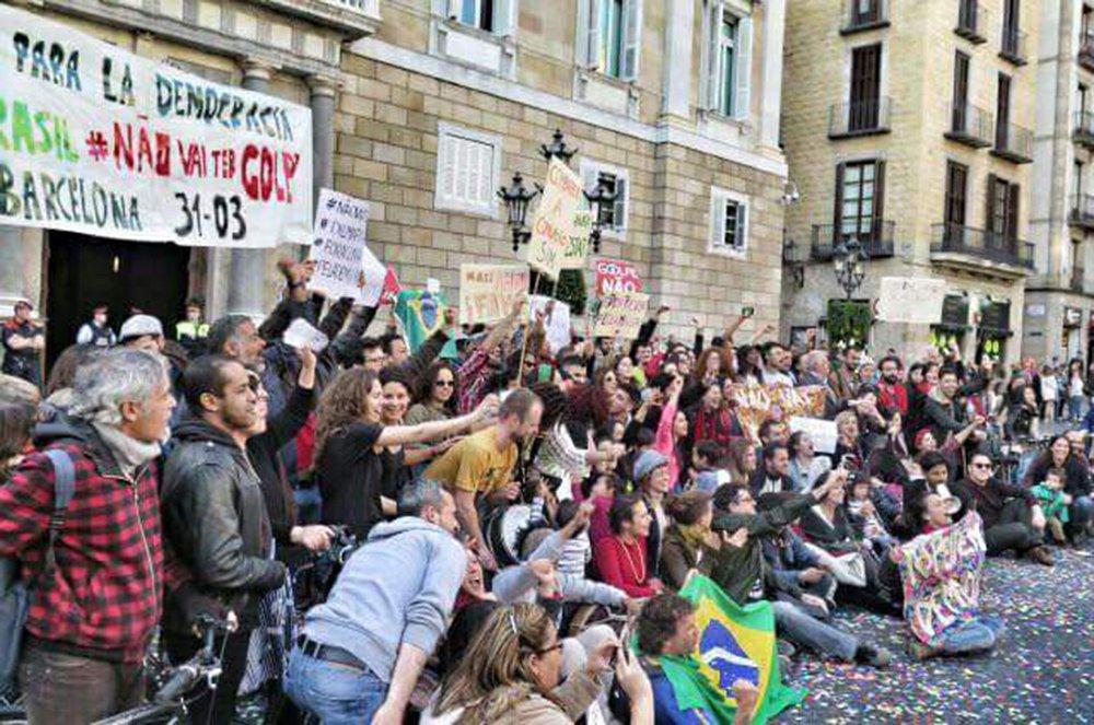 O coletivo Amigos de la Democracia en Brasil, na Espanha, organiza um ato em defesa do Estado de Direito e contra o impeachment da presidente Dilma; a manifestação vai ocorrer no próximo domingo (17), na cidade de Barcelona, no mesmo dia da votação do impeachment na Câmara dos Deputados; no final de março, as manifestações ocorreram em cidades como Nova York (EUA), Santiago (Chile), Paris (França) e Berlim (Alemanha)