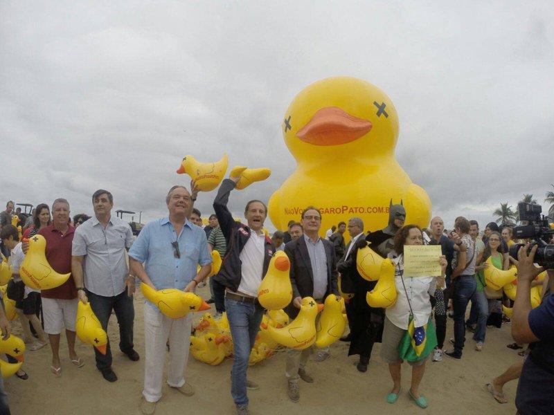 """O evento aconteceu na Praia de Copacabana, onde as federações das indústrias colocaram um pato inflável de 12 metros, símbolo da campanha, e istribuíram 2.000 patinhos aos participantes; """"Vamos andar com este pato pelo Brasil todo"""", disse o presidente da Fiesp, Paulo Skaf; """"Para envolver toda a sociedade nesta campanha, que tem o significado de 'para, chega de gastança'"""""""
