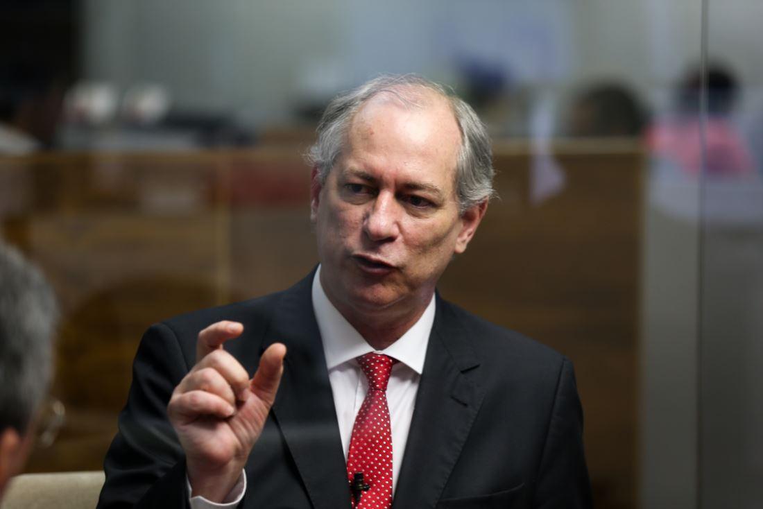 """Ex-ministro da Fazenda, Ciro Gomes (PDT) afirma que, embora discorde do governo da presidente Dilma Rousseff, ele acredita que o Brasil está perdendo suas condições democráticas em razão """"do golpe"""" em andamento no país; segundo ele, o vice-presidente Michel Temer está """"golpeando o País""""; para Ciro, duas ações de impeachment em apenas 24 anos """"não são pouca coisa"""""""
