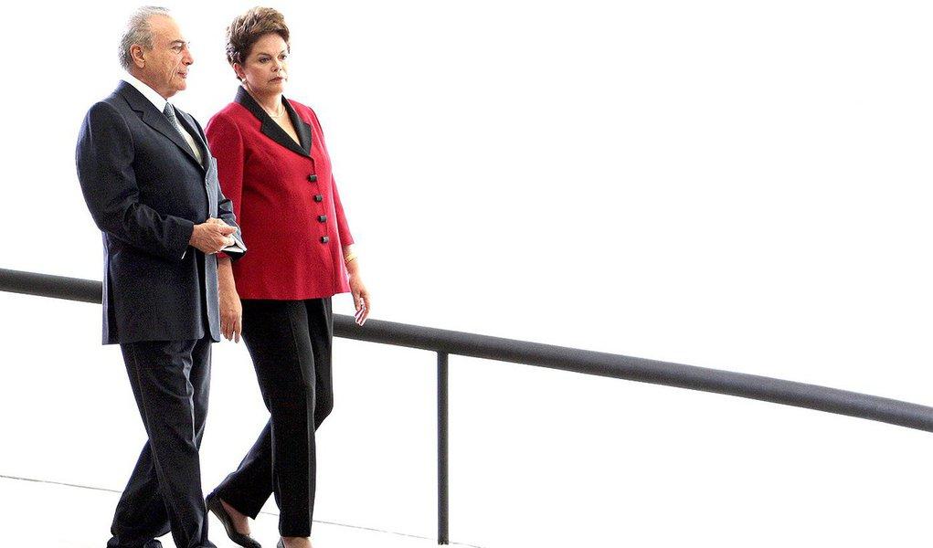 """Advogados da presidente Dilma Rousseff e do vice Michel Temer devem elaborar uma estratégia de defesa conjunta contra a acusação no Tribunal Superior Eleitoral (TSE) de abuso do poder político e econômico na campanha de 2014; dizem que objetivo de ambos """"é o mesmo, demonstrar que a ação do PSDB não tem fundamentos para cassar a chapa presidencial""""; avanço sobre as investigações contra o PMDB na Lava Jato e pressão da oposição para novas eleições teriam contribuído para isso"""