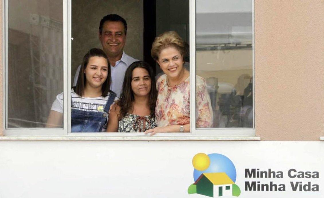 O governador Rui Costa e a presidente Dilma Rousseff entregam nesta terça-feira (27), em Salvador, mais 2.800 imóveis do programa Minha Casa, Minha Vida, do governo federal; os dois empreendimentos, o Residencial Coração de Maria e o Lagoa da Paixão STR, estão localizados na Estrada da Pedreira, Cassange, atrás do Ceasa; cerimônia está marcada para as 11h; na luta contra o impeachment, a Dilma receberá apoio de mulheres que se declaram independentes de grupos e/ou partidos políticos, e estão organizando o 'Abraçaço em Dilma – Mulheres Baianas Pela Democracia'