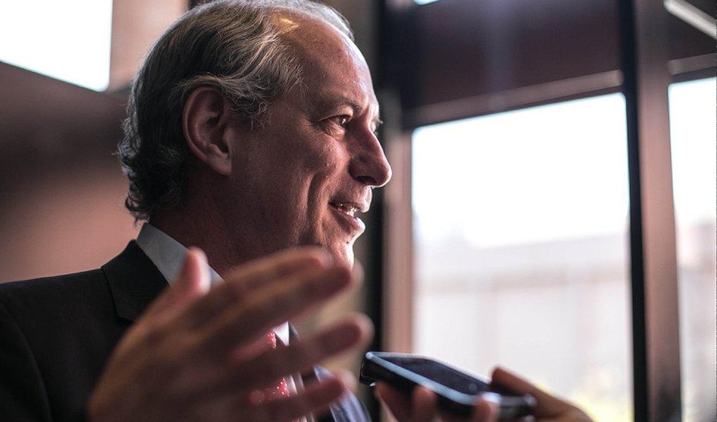 """Ex-ministro e ex-governador do Ceará, Ciro Gomes disse nesta quarta-feira 30 em Porto Alegre, onde participa de seminário na PUC-RS, que o processo de impeachment da presidente Dilma está sendo movido por uma """"coalizão de ladrões"""" que deseja implementar uma """"agenda entreguista"""", submetida a interesses internacionais; especulação que circula hoje é de que a presidente chamou Ciro para uma reunião de emergência em Brasília, e que por isso ele teria cancelado uma palestra em Santa Catarina na sexta-feira; assessoria não confirmou, nem negou o chamado de Dilma; confira a íntegra da entrevista ao portal Sul 21"""