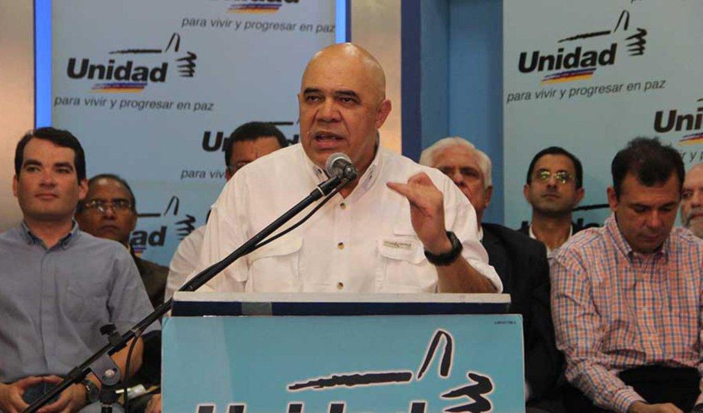 """Integrantes da oposição venezuelana pediram ao presidente Nicolás Maduro para parar de dar desculpas pela derrota dos seus candidatos nas eleições legislativas e, em vez disso, cuide da falta de alimentos e liberte políticos presos; """"Pedimos que o governo pare de chorar e comece a trabalhar"""", disse o líder da coalizão Unidade Democrática,Jesús Torrealba; """"Estamos apenas a algumas semanas de um problema muito sério em termos de comida"""", completou"""