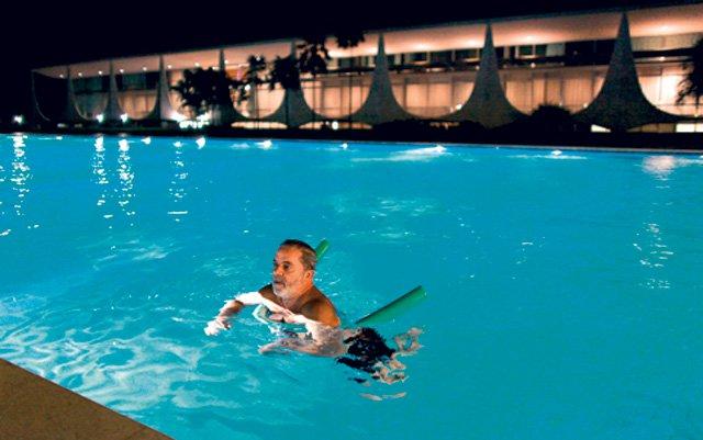 """Surreal e kafquiana, para dizer o mínimo, a nova investigação em curso para saber se a Odebrechet teria """"beneficiado"""" Lula fazendo, de graça, consertos na piscina do Palácio do Alvorada. """"Beneficiado"""", como? Lula, agora, virou dono do Palácio do Alvorada? Se a construtora consertou a piscina do palácio, ótimo. Ela arrumou e valorizou o patrimônio público. Nesse caso, qual foi o prejuízo para o erário?"""