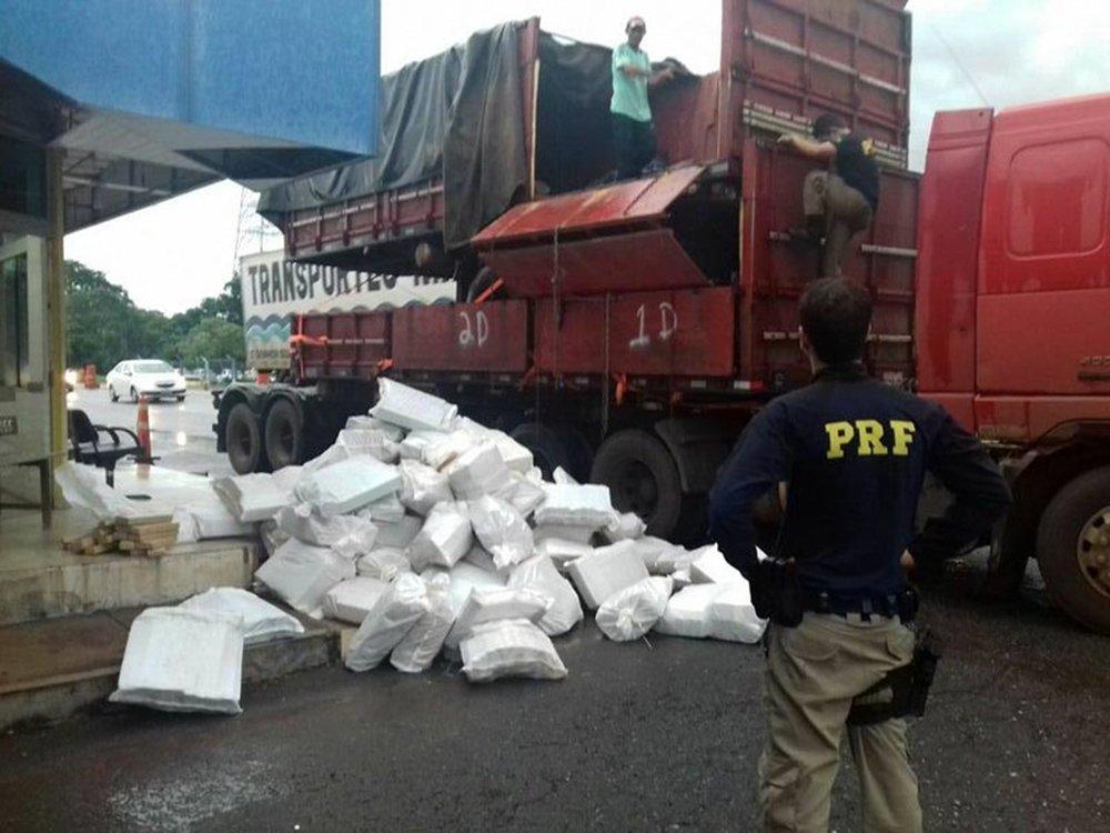 Uma carga de maconha foi achada em caminhão na cidade de Gurupi, no Sul do estado,após abordagem de equipe de policiais rodoviários federais para verificação de suspeição que o veículo transitava com excesso de altura; a droga estava escondida em outro veículo que estava sendo transportado; policiais acharam 101 sacos, totalizando cerca de 2.240 quilos de droga